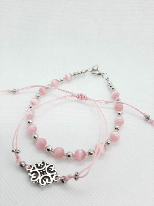 set van twee roze armbandjes van glaskraaltjes en zijdedraad.