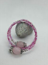 wikkelarmband roze rocailles, zilveren bedels, kraaltjes en eindkapjes