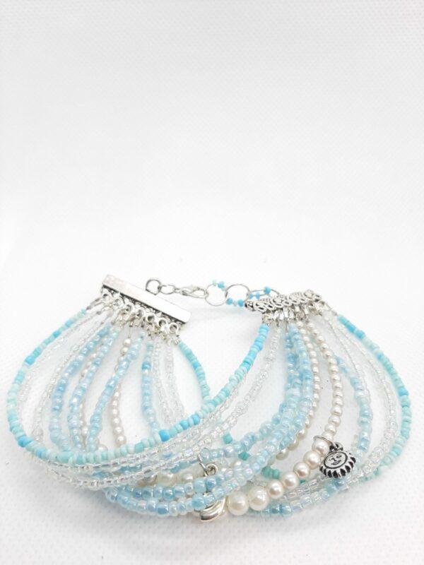 blauwe en witte armband, meerdere strengen, bedels