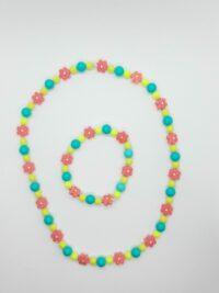 Kindersetje, acrylkralen, op elastiek geregen. Roze groen en geel
