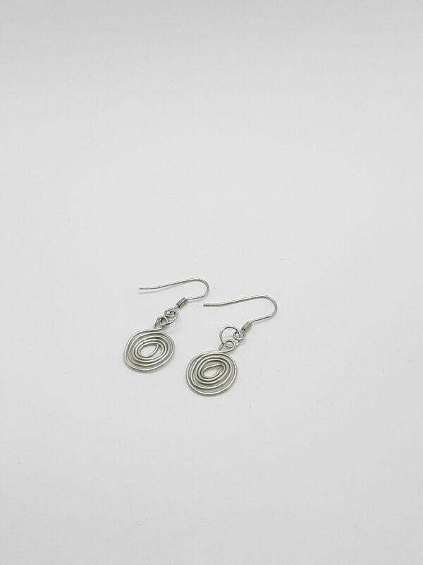 Zilverkleurige oorbellen, artistic wire