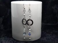 lange oorbelen, zilver en wit, glaskralen, stainless steel tussenkraal
